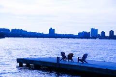 Stühle über dem Meer stockfoto