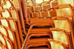 Stühle aalten sich in der Leuchte Stockfotografie