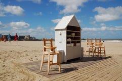 Stühle auf dem Ozean setzen im Badeort auf den Strand Lizenzfreies Stockbild