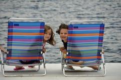 Stühle auf dem Pier Lizenzfreie Stockfotos