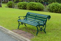 Stühle auf dem Rasen im Park stockbild