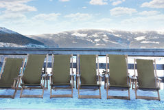 Stühle auf dem Skifahrenerholungsort Stockbild