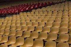 Stühle auf dem Stadion Stockfotos