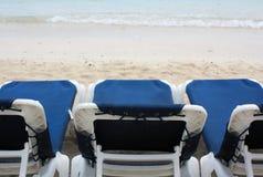 Stühle auf dem Strand Lizenzfreies Stockfoto