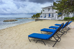 Stühle auf dem Strand Stockfoto