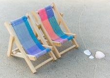 Stühle auf dem Strand Stockfotos