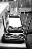Stühle auf der Tabelle Lizenzfreie Stockbilder