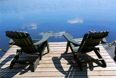 Stühle auf Dock Stockbild
