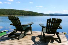 Stühle auf Dock lizenzfreie stockfotografie