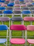 Stühle auf einem Gebiet - Ereignis im Freien Stockfotografie