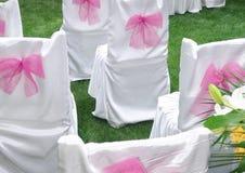 Stühle auf einem Hochzeitstag Stockbilder