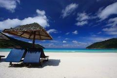 Stühle auf einem Inselstrand Lizenzfreie Stockfotos