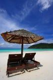 Stühle auf einem Inselstrand Lizenzfreies Stockbild