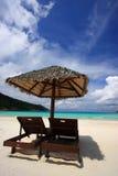 Stühle auf einem Inselstrand Stockfoto