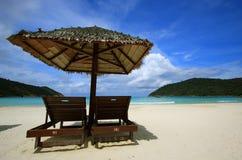 Stühle auf einem Inselstrand Lizenzfreies Stockfoto