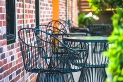 Stühle auf einem Patio im Garten Lizenzfreies Stockbild