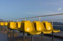 Stühle auf einem touristischen Boot Stockbild
