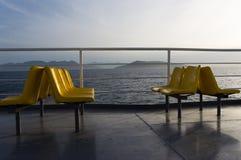 Stühle auf einem touristischen Boot bei Sonnenuntergang Lizenzfreies Stockbild