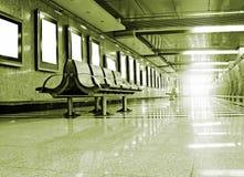 Stühle auf einer Station Stockbilder