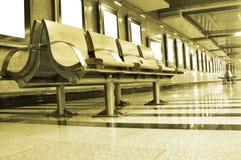 Stühle auf einer Station Lizenzfreies Stockbild