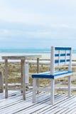 Stühle auf hölzerner Plattform Stockfotos
