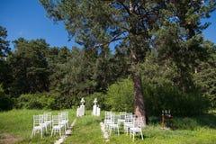 Stühle auf Hochzeitszeremonie Stockfotografie