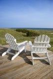 Stühle auf Plattform-Einfassung-Ozean Lizenzfreie Stockfotos