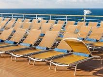 Stühle auf Plattform im Freien auf Heck des Kreuzfahrtschiffs stockfotos