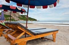 Stühle auf Strand Lizenzfreie Stockbilder