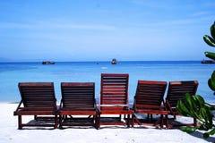 Stühle auf Strand Stockfoto