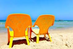 Stühle auf Strand Lizenzfreie Stockfotografie