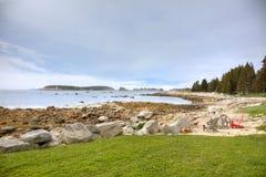 Stühle auf Strand, Nova Scotia, Kanada Lizenzfreie Stockfotos