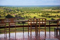 Stühle auf Terrasse. Savannelandschaft in Serengeti, Tanzania, Afrika Stockfoto
