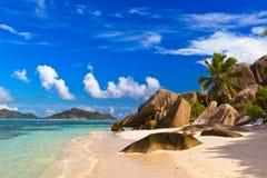 Stühle auf tropischem Strand Stockfotografie