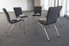 Stühle ausgebreitet für Bibel-Arbeitsgemeinschaft Lizenzfreies Stockbild