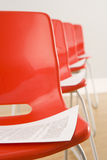 Stühle ausgebreitet für Konferenz Stockbilder