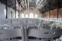 Stühle ausgerichtet im Hall lizenzfreie stockfotos