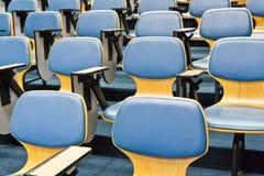 Stühle in den Konferenzzimmern stockbild