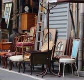 Stühle in der Jaffa-Flohmarkt lizenzfreie stockfotos