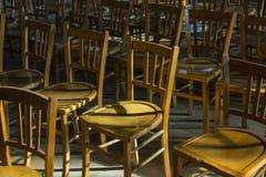 Stühle in der Kirche Stockbilder