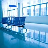 Stühle in der Krankenhaushalle Stockbild