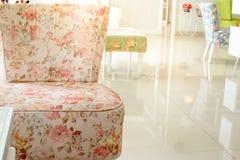 Stühle in der Raumweinleseart Stockfotos