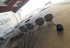 Stühle, die an einer Wand, Zürich hängen stockfotos
