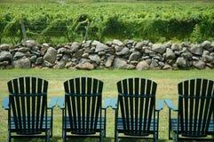 Stühle, die szenischen Bereich übersehen Lizenzfreie Stockfotos