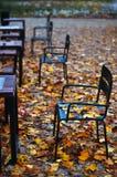 Stühle draußen Stockfotos