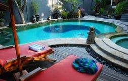 Stühle durch das Pool Stockbild