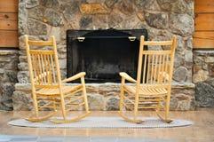 Stühle durch den Herd Lizenzfreie Stockbilder