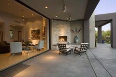 Stühle durch Kamin im Patio Stockbilder