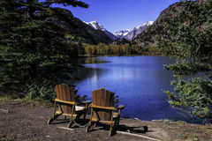 Stühle durch See Lizenzfreies Stockfoto