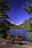 Stühle durch See Stockbild